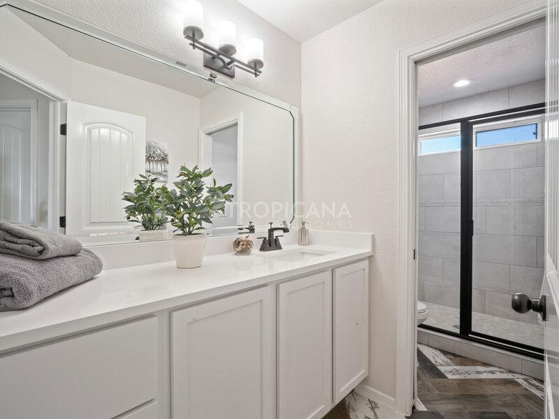 Eastlake model home - Shared bathroom